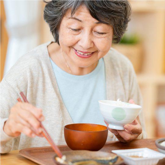 女性が食事するイメージ
